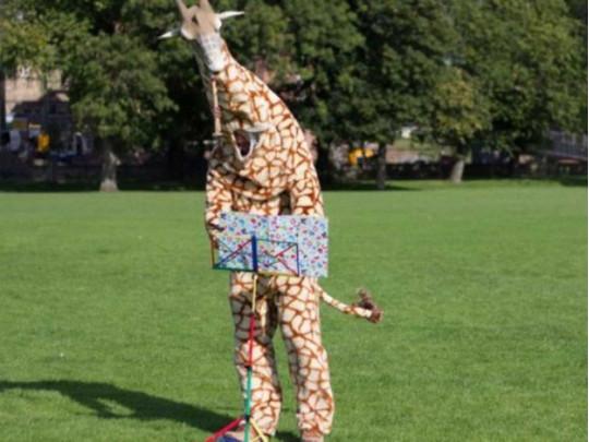 В костюме жирафа