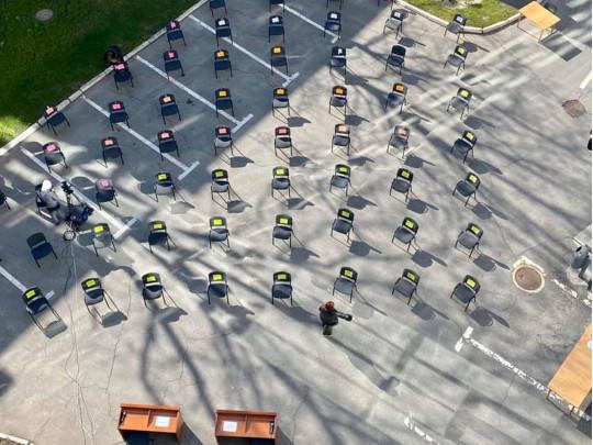 Стулья на парковке