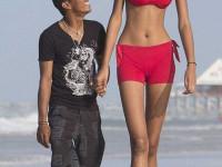 Высокая и голая стройная девушка у ворот