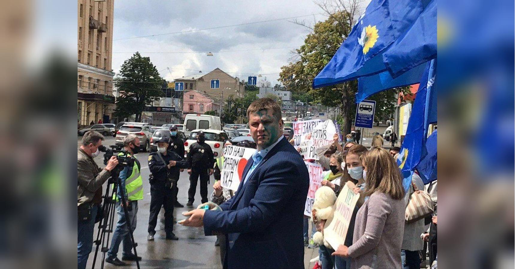 Соратника кума Путина в Харькове облили зеленкой: появились фото