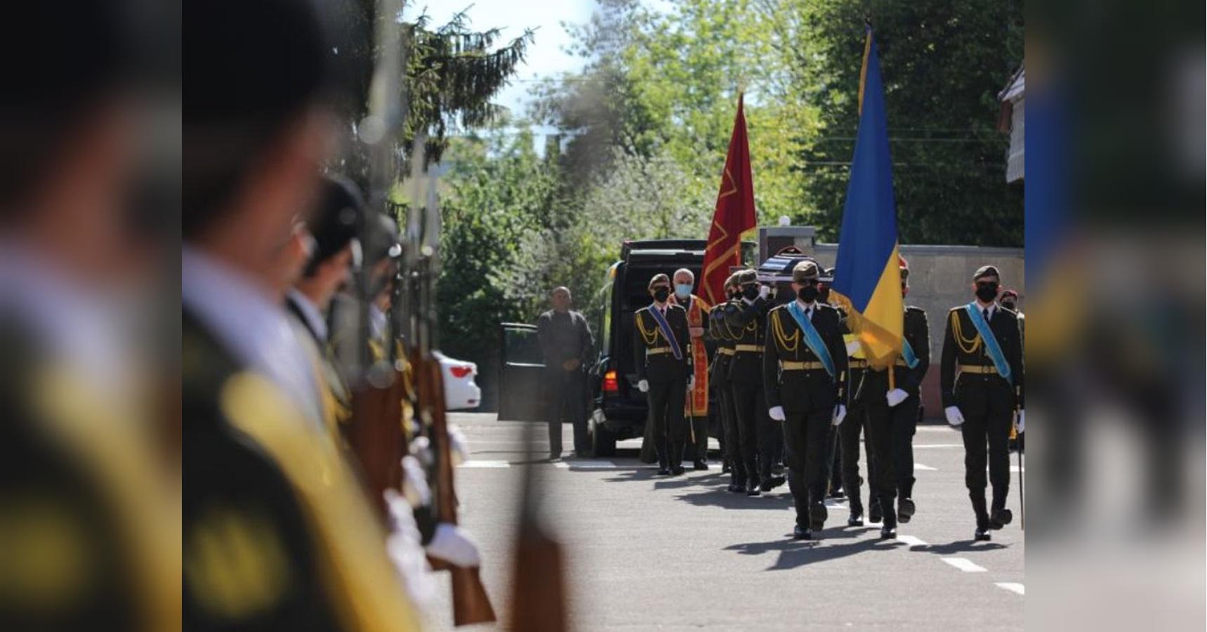 Во Львове простились с погибшим на Донбассе десантником, которого шест
