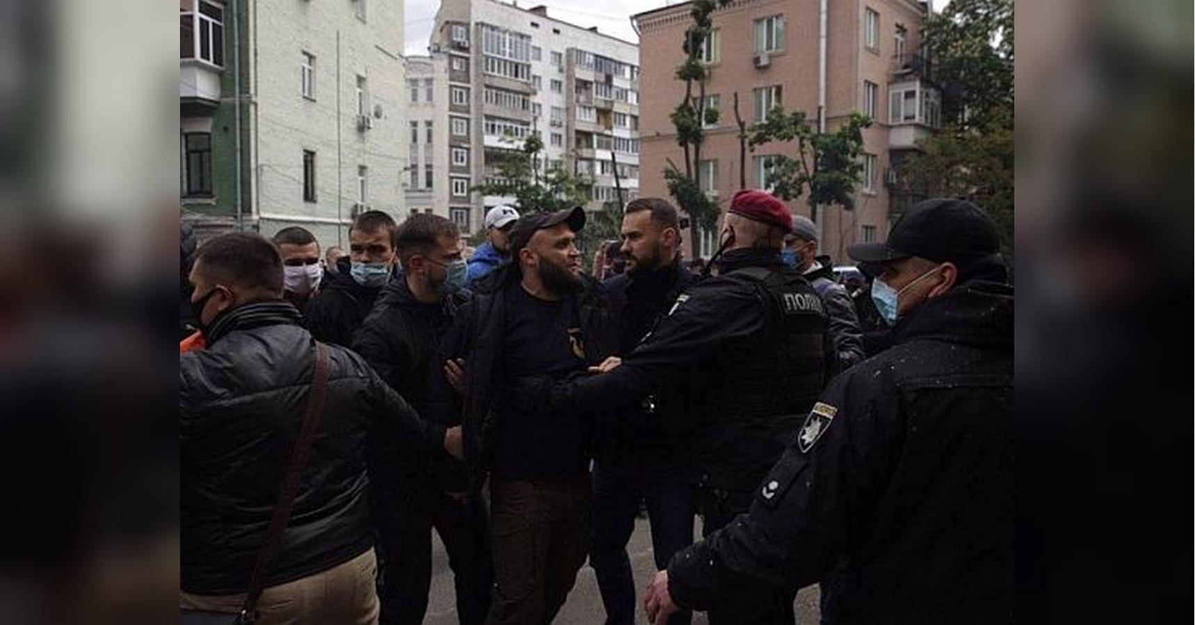 В связи с событиями под офисом Медведчука задержаны почти 20 активисто
