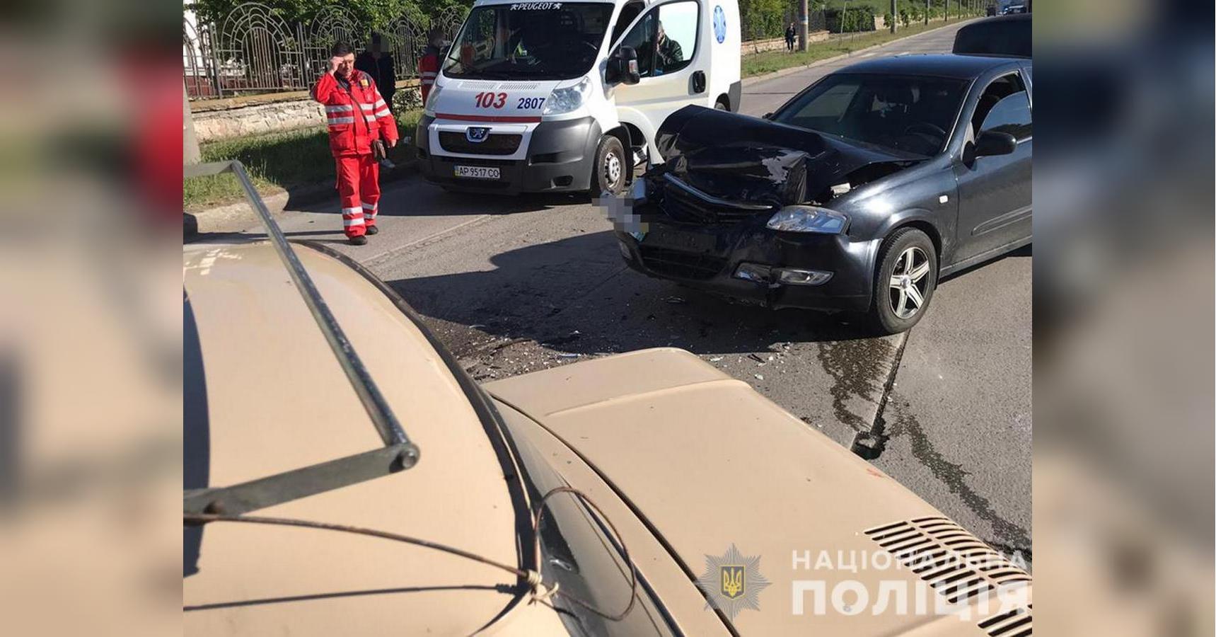 В Бердянске водитель с сердечным приступом разбил три машины и умер (ф