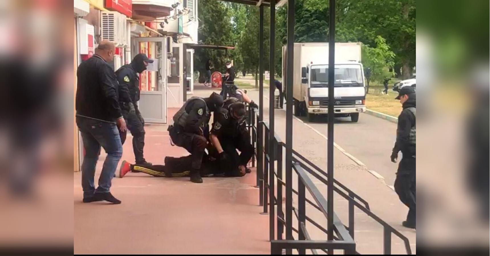 Мстил прокурорам: в Каховке кинологи выследили поджигателя прокуратуры (фото, видео)