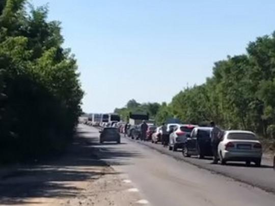 В Кирилловку на отдых: «пробка» из автомобилей растянулась на пять километров (видео)