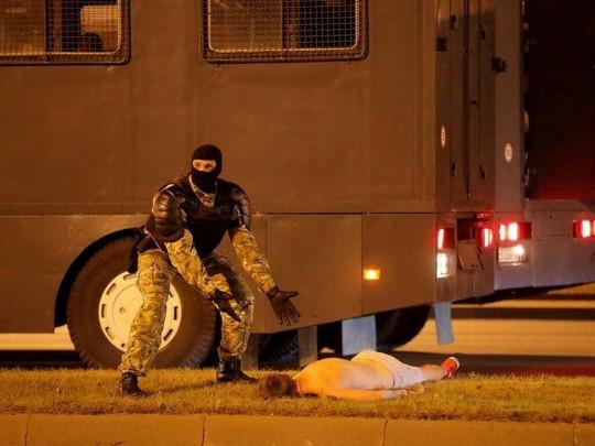 силовик и протестующий