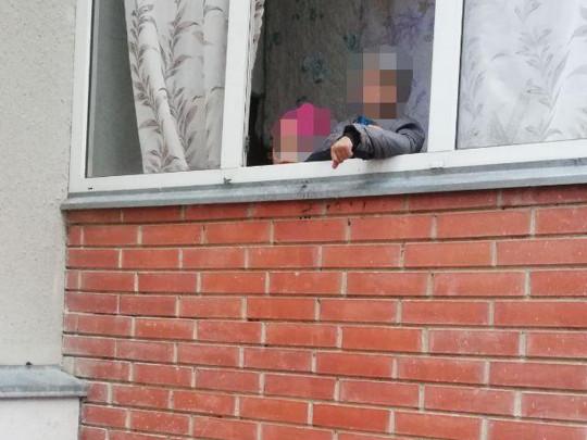 дети на балконе