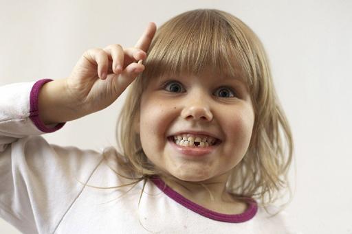 Перед удалением молочного зуба обязательно покормите ребенка, так как затем некоторое время кушать будет нельзя.