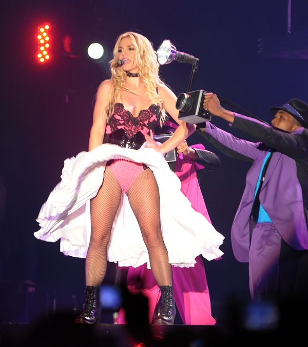 фото певицы без трусов на сцене