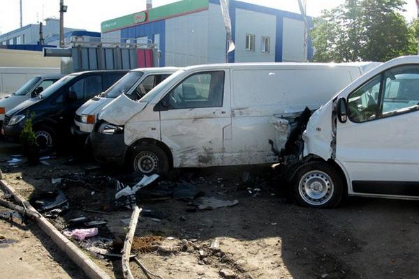 19-летний водитель легковушки разбил шесть микроавтобусов, выставленных на продажу (ФОТО)