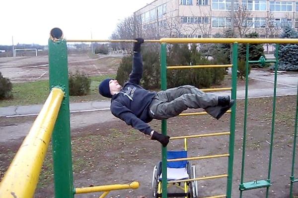 Наспортивных снарядах Миша тренируется практически ежедневно, потри-четыре часа вдень