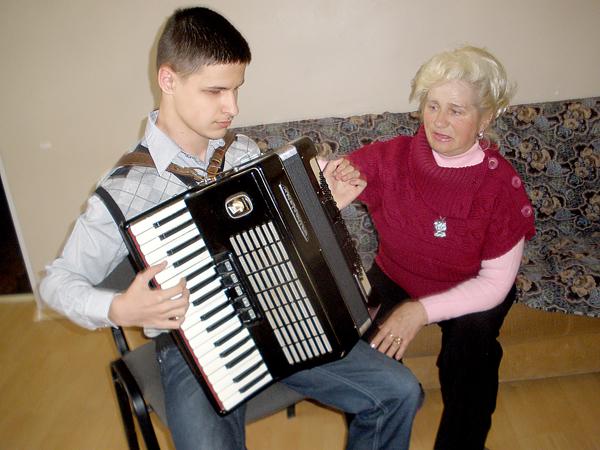 """Богдан — очень одаренный мальчик, но при этом целеустремленный и работоспособный"""", — говорит преподаватель музыки Тамара Бабенко"""