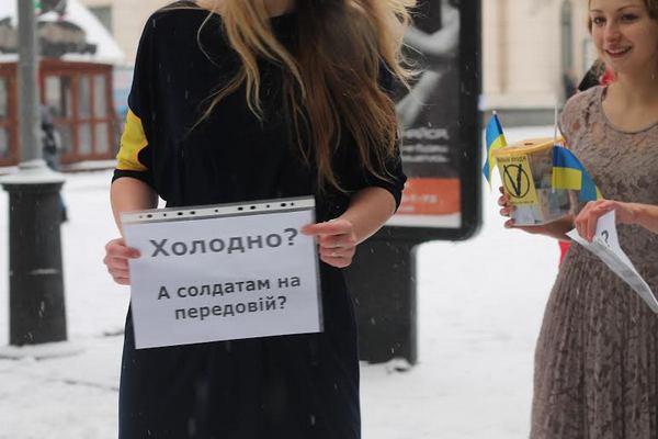 девушки на улице в экстремальной одежде фото