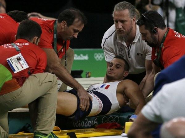 Медработники уронили сломавшего ногу гимнаста изФранции впроцессе транспортировки