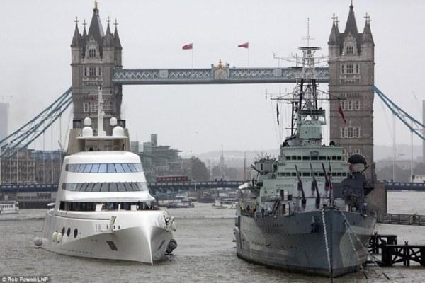 Яхта миллиардера Мельниченко длиной 119м прошла под Тауэрским мостом встолице Англии