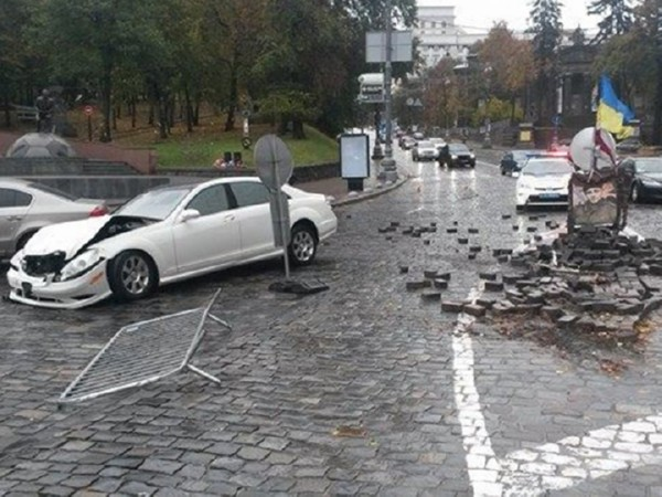 ВКиеве «Mercedes» разбил монумент герою Небесной Сотни