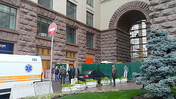 ВКиеве при установке строительной опоры умер мужчина
