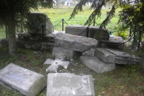 ВПольше осудили вандалов, которые разрушили украинские монументы