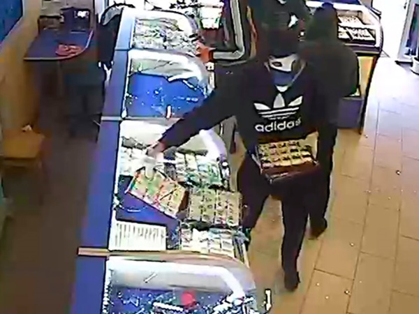 Полицейские задержали нападавших наювелирный магазин вНовограде-Волынском