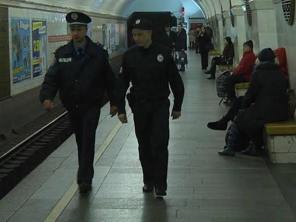 Мужчина упал нарельсы вкиевском метро