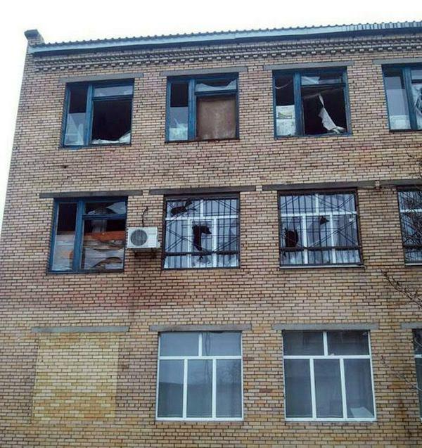 Марьинка под сильными обстрелами: повреждены 3 улицы ишкола