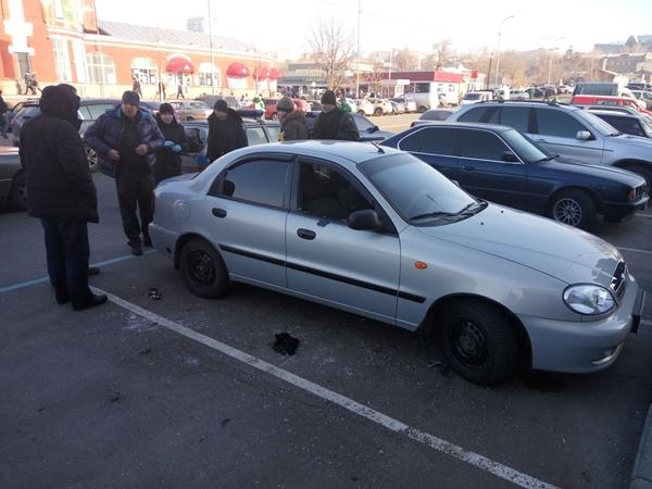 ВХарькове люди вмасках напали навоенный автомобиль