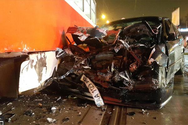 Вцентре украинской столицы автомобиль врезался втрамвай, пострадавшим оказана медпомощь