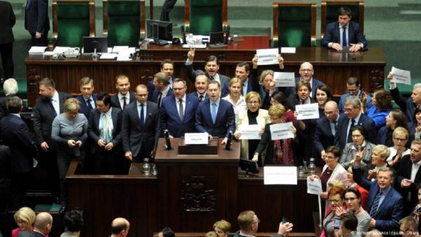 Руководитель правящей партии Польши Качиньский покинул строение парламента при помощи милиции
