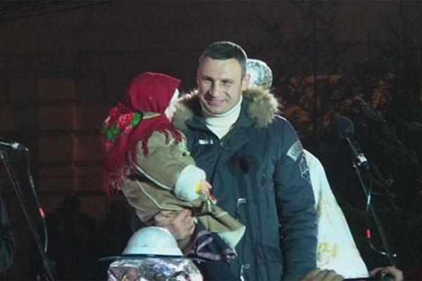 Порошенко иСвятой Николай зажгли новогоднюю елку вКиеве