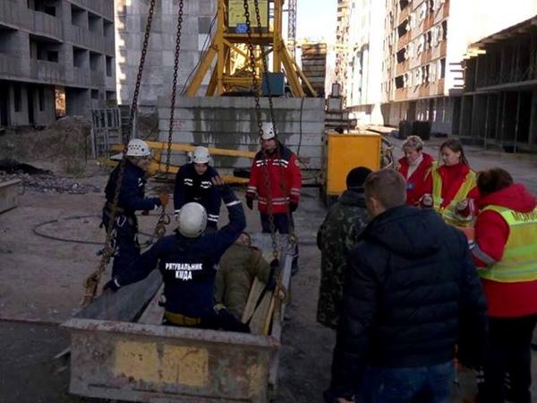 ВКиеве монтажник упал с60-метрового крана