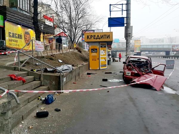 Смертоносная авария вКиеве: Тоёта влетела встолб