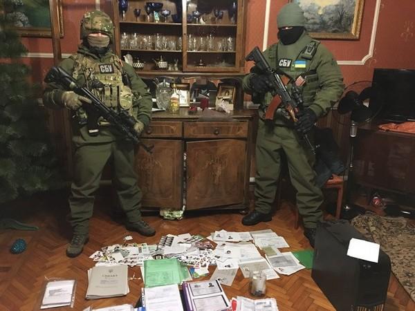 Угрожает  до15 лет: СБУ задержала «паспортистку» террористов «ДНР»