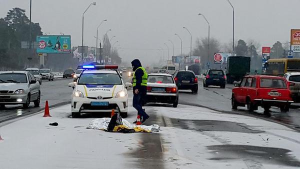 ВКиеве автомобиль насмерть сбил девушку, перебегавшую Броварской проспект