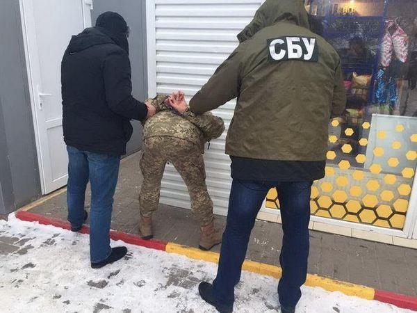 Под Черновцами пограничник за тысяча евро переправлял сигареты через кордон