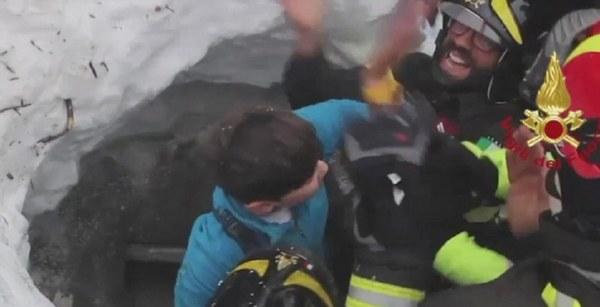 Шесть выживших найдены под обломками отеля вИталии— ANSA