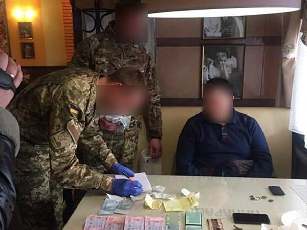Около Львова словили ассистента народного депутата при получении $10 тыс