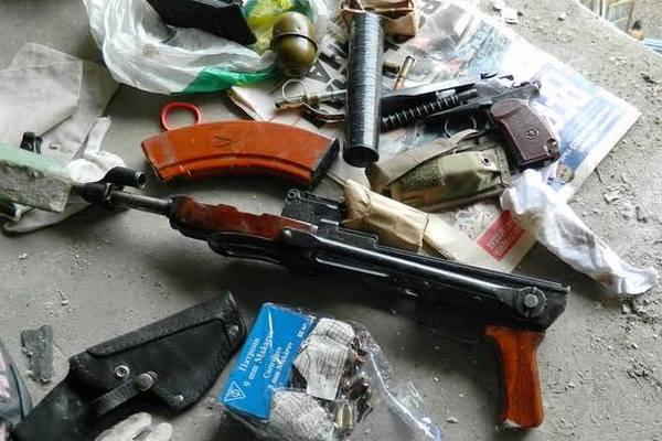 Арсенал оружия отыскали вподъезде дома вКиеве