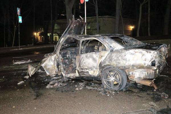 ВКиеве Mercedes, пытаясь опередить мусоровоз, врезался вбордюр и зажегся