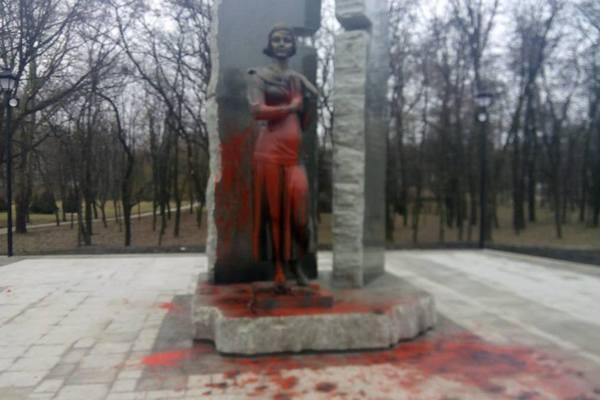 Неизвестные облили краской монумент правителю Владимиру вКиеве