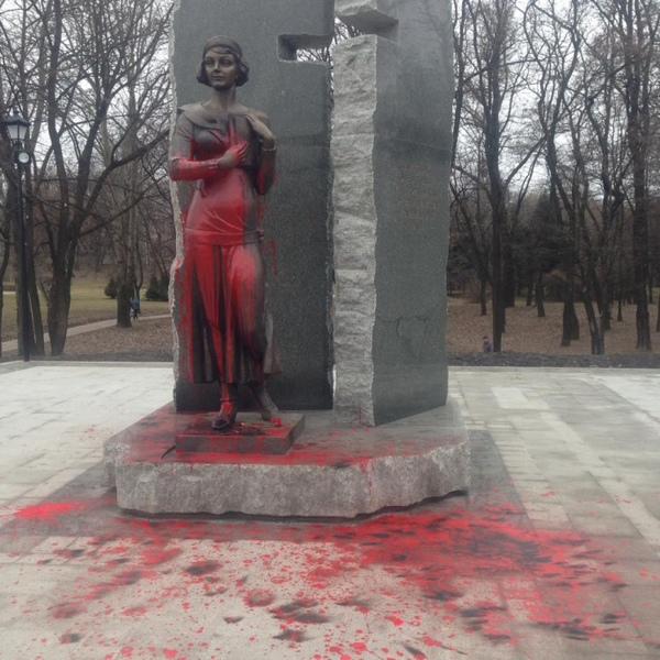 Монумент правителю Владимиру вКиеве облили красной краской