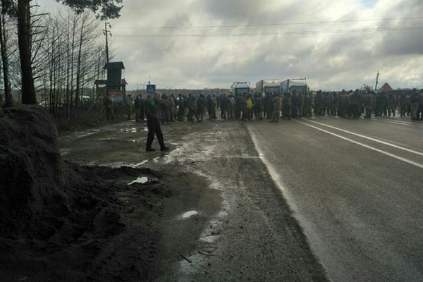 ВРовенской области копатели янтаря перекрыли дорогу Киев-Варшава