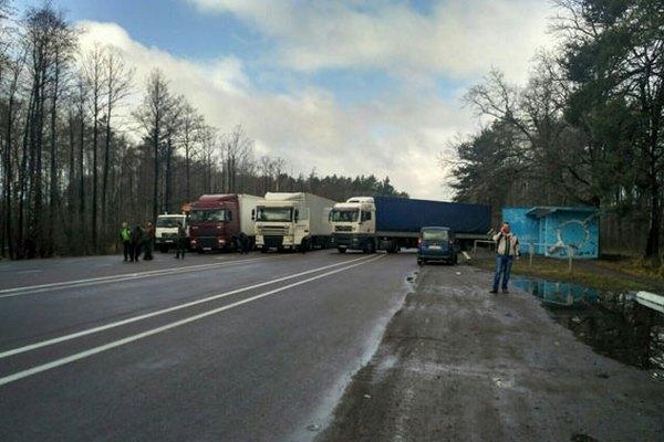 Украинские радикалы вбалаклавах перекрыли дорогу наВаршаву