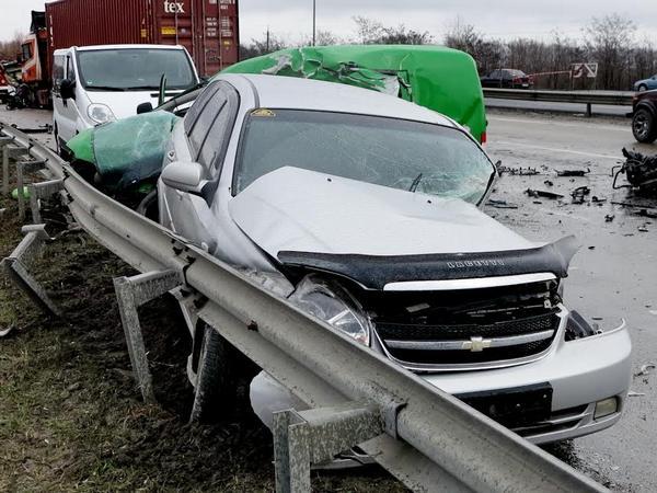 НаОдесской трассе случилось ДТП сучастием четырех авто, два человека погибли