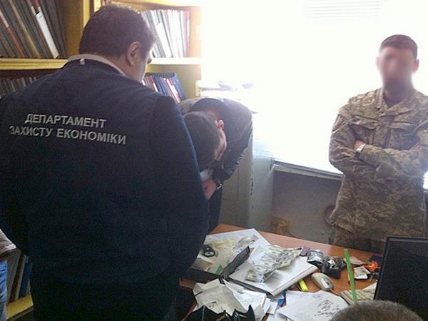 Деньги ипечать сгербом РФ : вЗапорожье военкома задержали навзятке