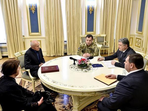 Порошенко вручил родителям погибшего вАТО оперного певца «Звезду Героя»