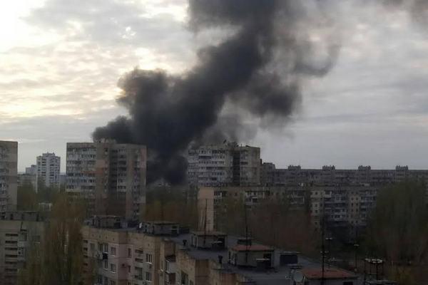 Двое полицейских пострадали при эвакуации людей из-за пожара нарынке вОдессе