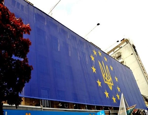 ВЗапорожье подняли флагЕС послучаю безвиза для Украинского государства
