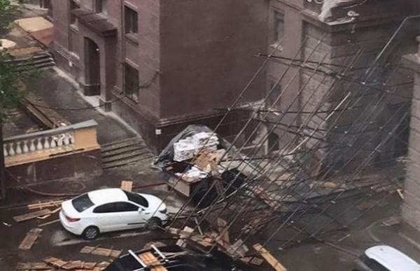Ветер сорвал крышу сСенатского замка вКремле