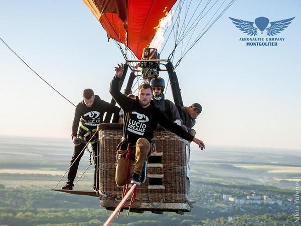 Украинец прошел поверевке между воздушными шарами навысоте 660м
