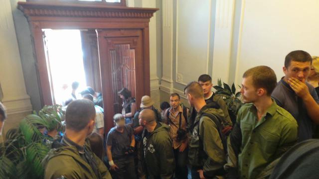 ВКиеве усуда, где слушается дело корреспондента Коцабы, начались стычки